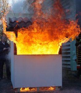 Fullt utvecklad brand, luftspalten stängdes snabbt av Tenmats brandstopp