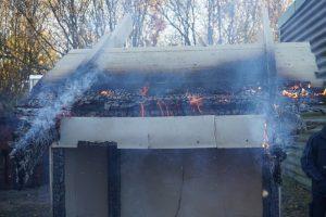 30 minuters fullt utvecklad brand - takutskjutet borta men Tenmats ventilerade brandstopp fyller forfarande upp hela luftspalten.